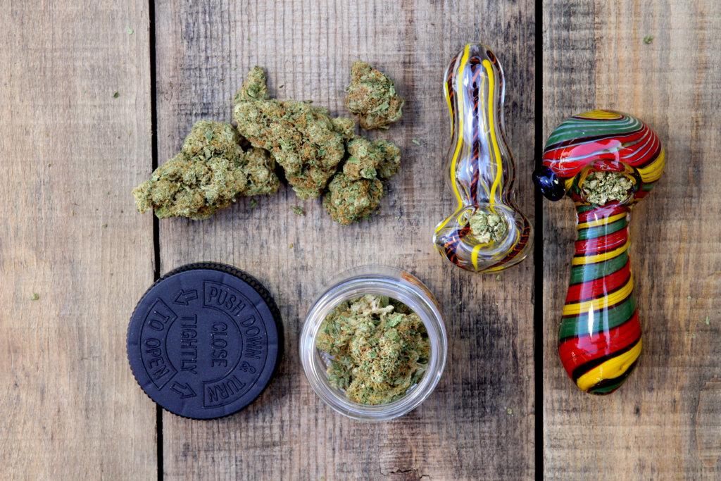 大麻とパイプ