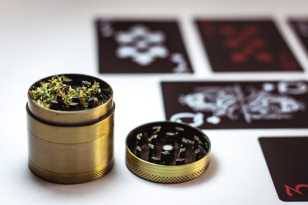 大麻とグラインダー