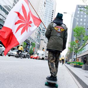 カナダ国旗を持つ男性