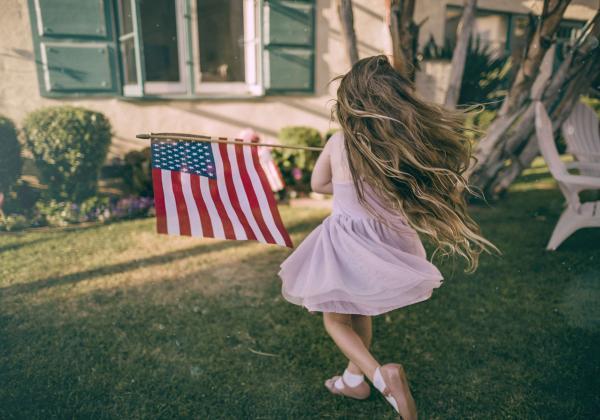 アメリカ国旗を持つ少女