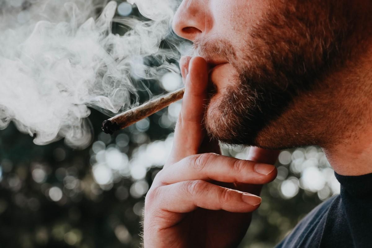 ジョイントを吸う男性