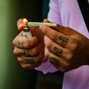 ジョイントを吸う男性の手