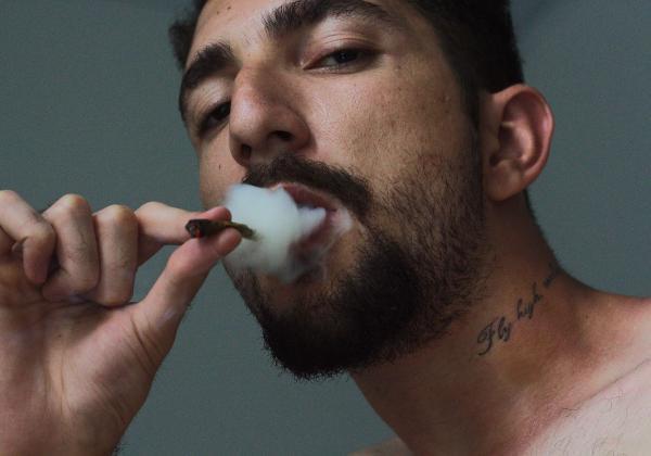 大麻を吸う男性
