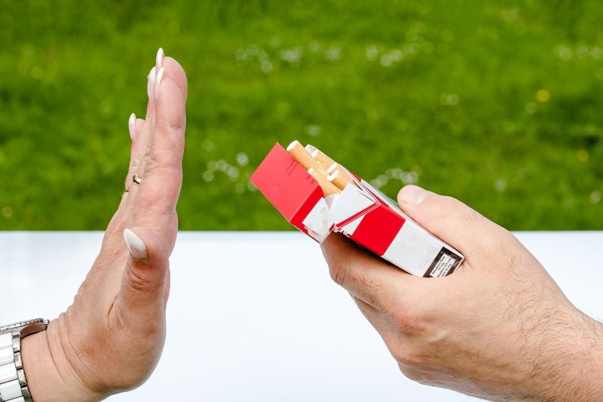 タバコを拒否する手