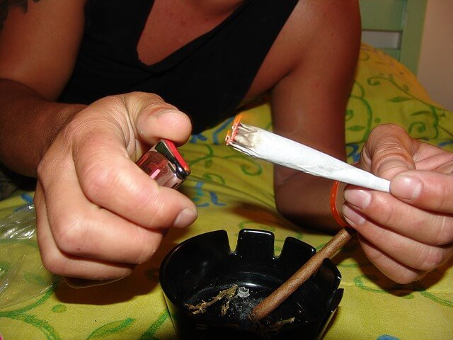 大麻に火をつける男性