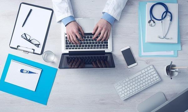 パソコンをいじる医者