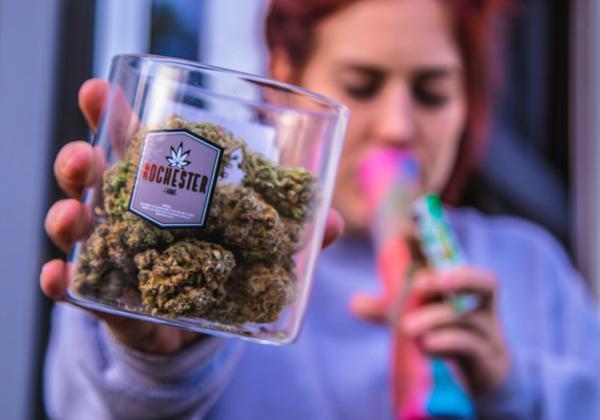 大麻を吸う女性