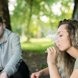 大麻を吸う男女