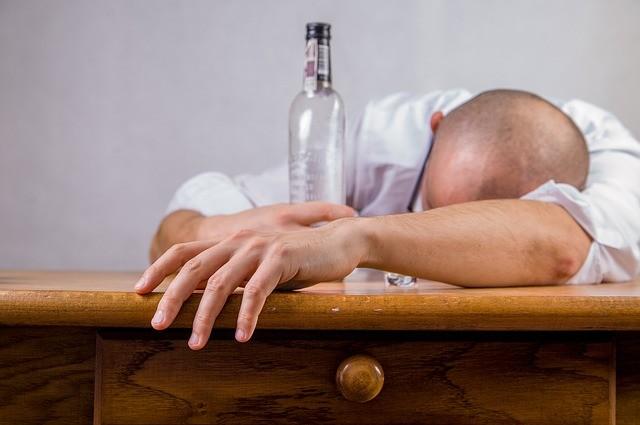 泥酔している男性