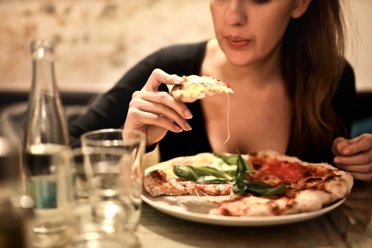 ビザを食べる女性