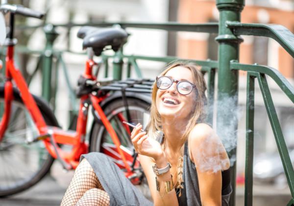 大麻を吸う美女