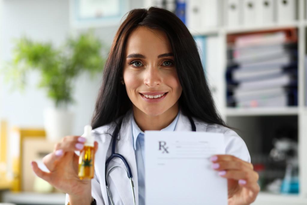大麻オイルを持つ女医
