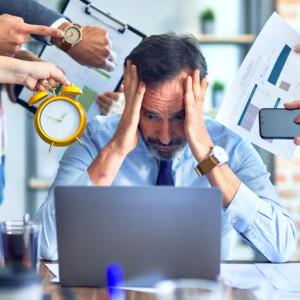 仕事で悩む男性