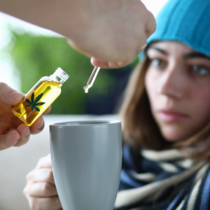 CBDオイルを摂取する女性