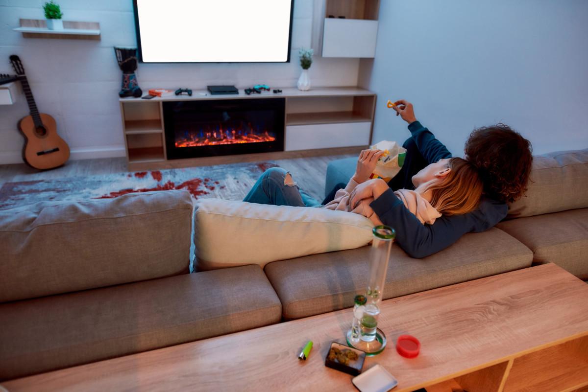 大麻を吸いながら映画を見るカップル