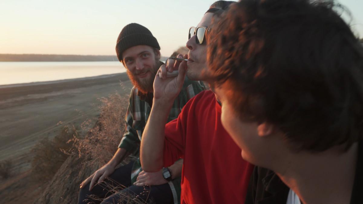友達と大麻を吸っている男性