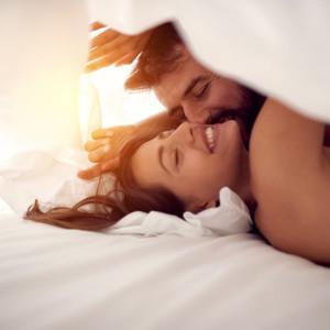ベッドで楽しむ若いカップル