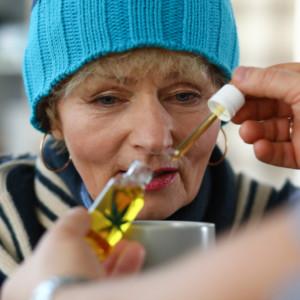 CBDオイルを飲み物に入れるおばあちゃん