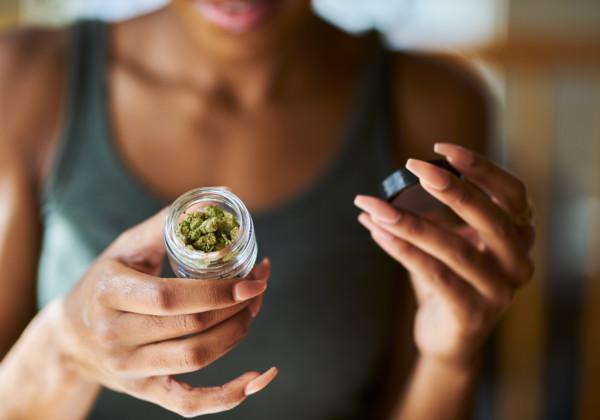 大麻を持つ女性