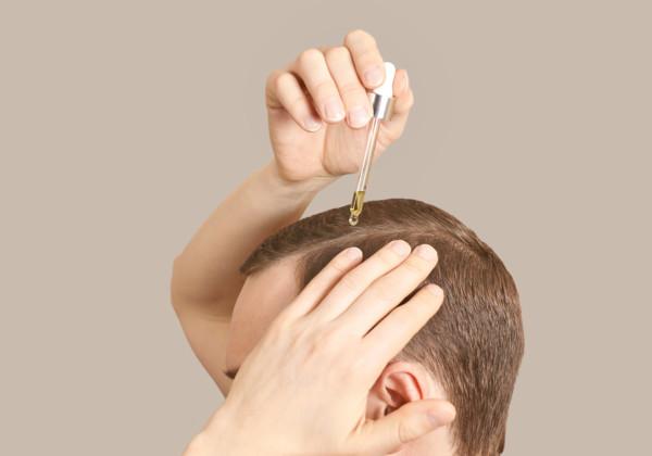 髪の毛にCBDオイルを塗る女性