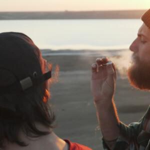 友達と大麻を吸う男性